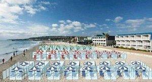 Simulación de una playa italiana con separadores de plexiglás para mantener la distancia de seguridad por el coronavirus.