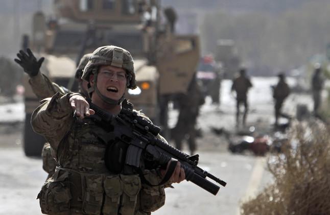 Un soldado norteamericano de la OTAN despeja la zona tras un atentado suicida en Kabul. Imagen de archivo.
