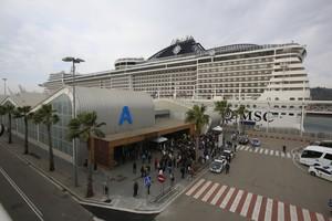 El buque Splendia de MSC Cruceros, atracado en el Puerto de Barcelona.