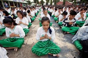 Varios estudiantes dan las gracias y les mandan su apoyo a los servicios de rescate desde su colegio en el distrito de Mae Sai.