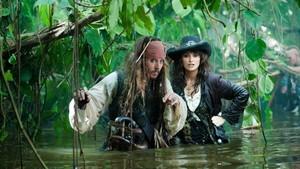 Johnny Depp y Penélope Cruz, en una escena de la película Piratas del Caribe 4: en mareas misteriosas.