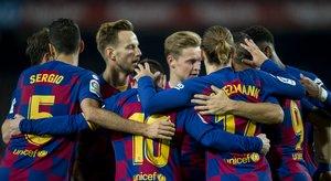 Los jugadores del Barça se abrazan tras el tercer gol ante el Mallorca.