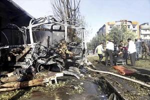 Terror 8Rescate de víctimas entre los restos calcinados del autobús atacado e Kabul.