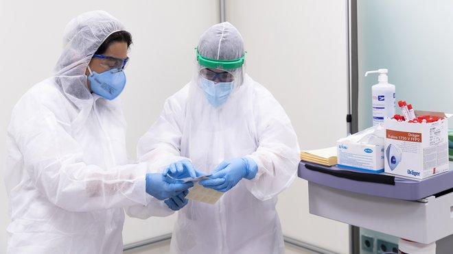 Realización de tests PCR (en la empresa Seat, en la foto).