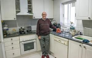 Josep Maria Folch, en la cocina de su casa, en la que se imprimieron las primeras octavillas de CCOO.