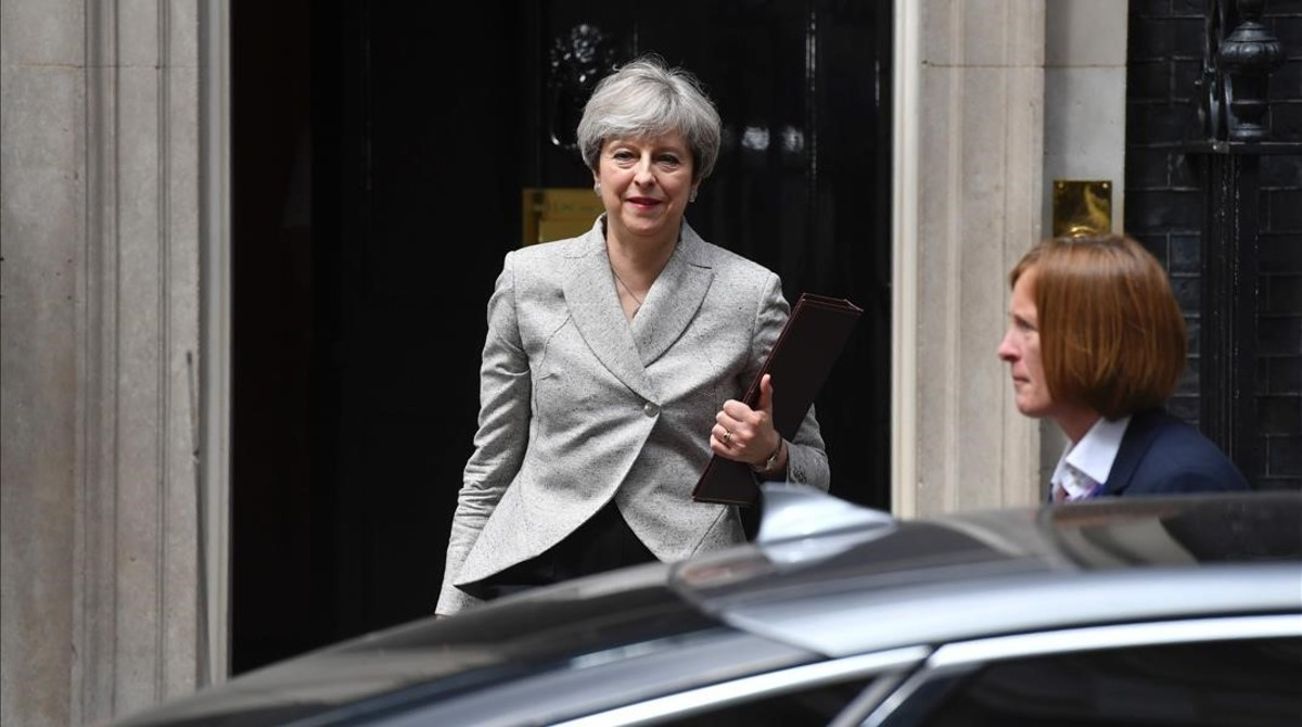 Theresa May sale de Downing Street tras su reunión con Arlene Foster.