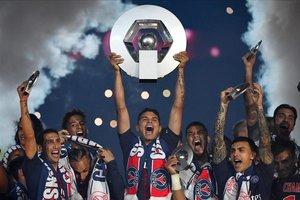 Tihago Silva levanta el trofeo del PSG como campeón de Liga en 2019