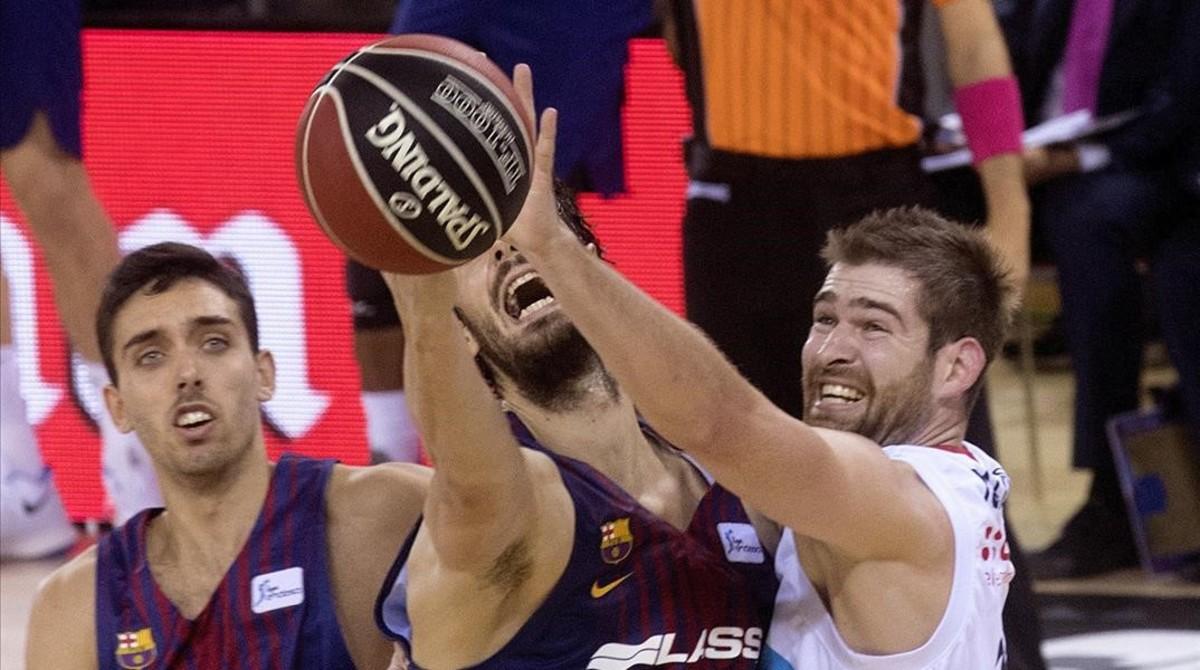 Tomic pelea por un rebote con el jugador de Obradoiro, Radovic
