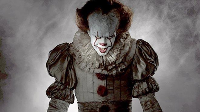 Lactor suec Bill Skarsgård personifica el malvat pallasso Pennywise.