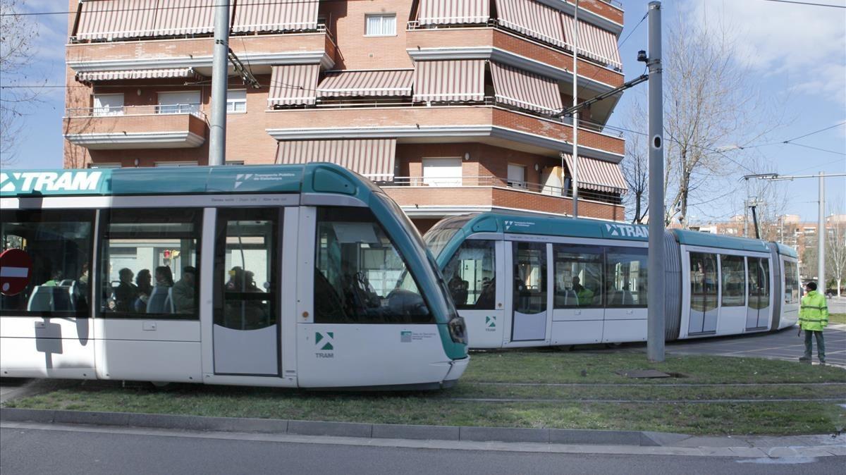 La linea de tranvía T6 que pasa por la rambla de la Mina.