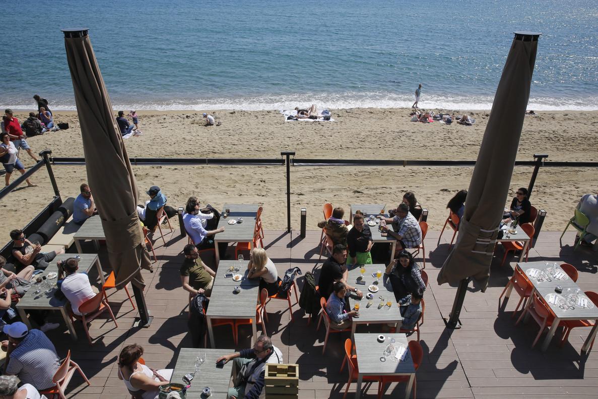 Llegada de turistas antes de la Semana Santa por la zona del Passeig Maritim, Barcelona.