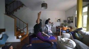 Una familia hace ejercicio en casa durante el confinamiento, en Madrid el 16 de abril.