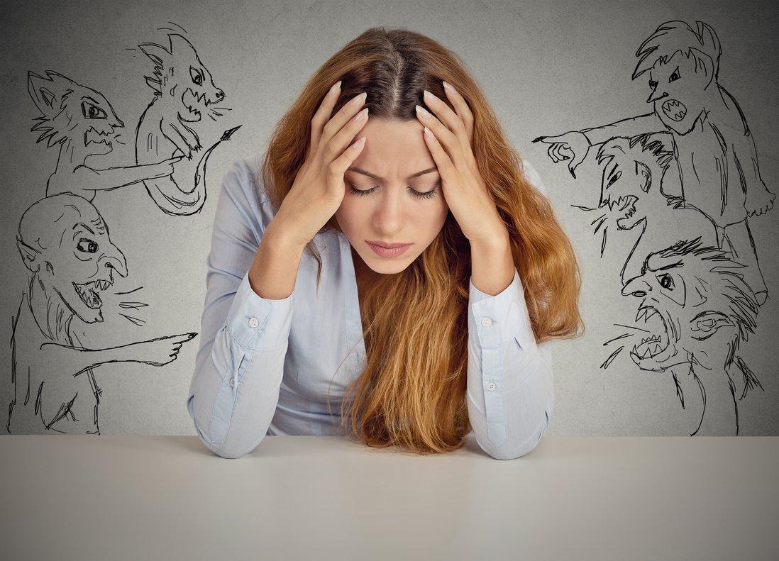 Una mujer agobiada con las voces críticas de su cabeza.