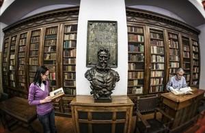Una parte de la Sala Cervantina con el busto del autor de El Quijote presidiendo.