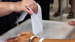 Una persona ejerce su derecho a voto.