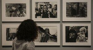 Una visitante observa varias fotografías de la muestra 'Oriol Maspons. La fotografía útil', que acoge el MNAC.