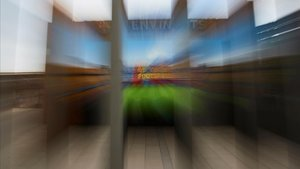 Una vista del cartel que da la bienvenida a los aficionados en el Camp Nou, cerrado por tercer fin de semana consecutivo.