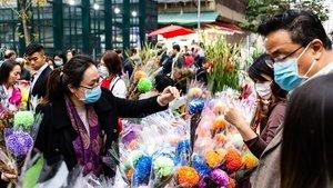 Ciudadanos con máscaras de protección compran flores para el Año Nuevo Chinoen Hong Kong, el pasado viernes.