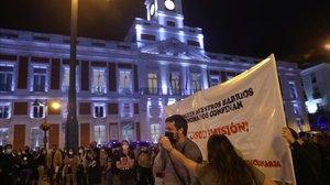 Concentración en la plaza del Sol de Madrid en protesta por las medidas de confinamiento nuevas de Isabel Ayuso