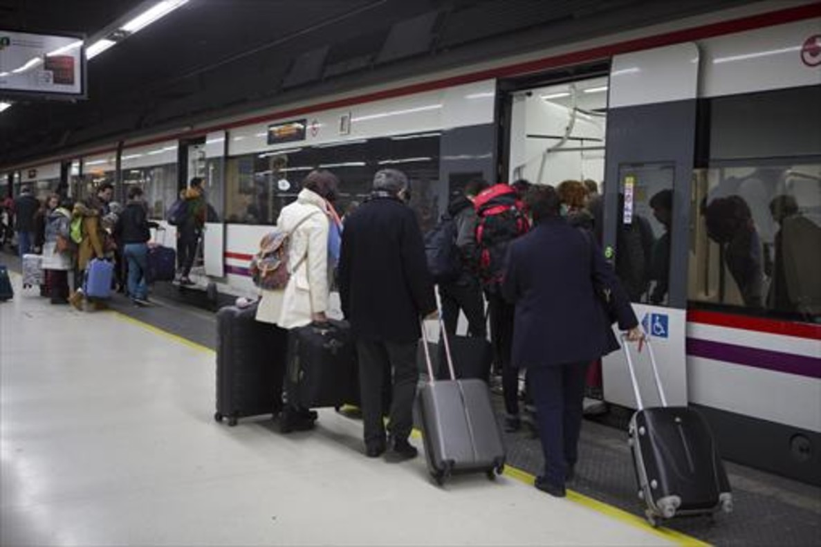 Unos pasajeros suben a un tren de Rodalies en la estación de Sants.