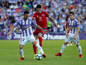 Oscar Plano (Valladolid) pelea por el balón ante la presión visitante.