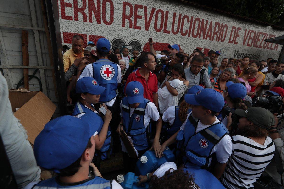 Miembros de la Cruz Roja reparten el primer cargamento de ayuda humanitaria que llegó aVenezuela.