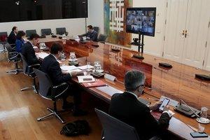GRAF3036. MADRID, 29/03/2020.-El presidente del gobierno Pedro S?nchez (3i), el ministro de Transporte Jos? Luis ?balos (i), el ministro de Sanidad Salvador Illa (2d), el ministro del Interior Fernando Grande Marlaska (d), y la ministra de Defensa Margarita Robles (2i), durante la videoconferencia con los presidentes de Comunidades Aut?nomas, este domingo, en el que ha aprobado la paralizaci?n de todas las actividades no esenciales a partir del lunes como una medida excepcional. EFE/ J. M. Cuadrado POOL