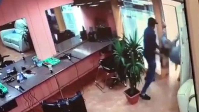 L'agressor, a la perruquera apunyalada en el Raval: «Si no et cases amb mi, et tallo el coll»