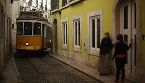 Un tranvía, en una angosta calle de Lisboa.