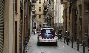 Una patrulla de los Mossos por una céntrica calle de Barcelona.
