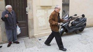 Figuerola sale del edificio del ayuntamiento en el que vivió 27 años sin pagar alquiler, en mayo del 2016.