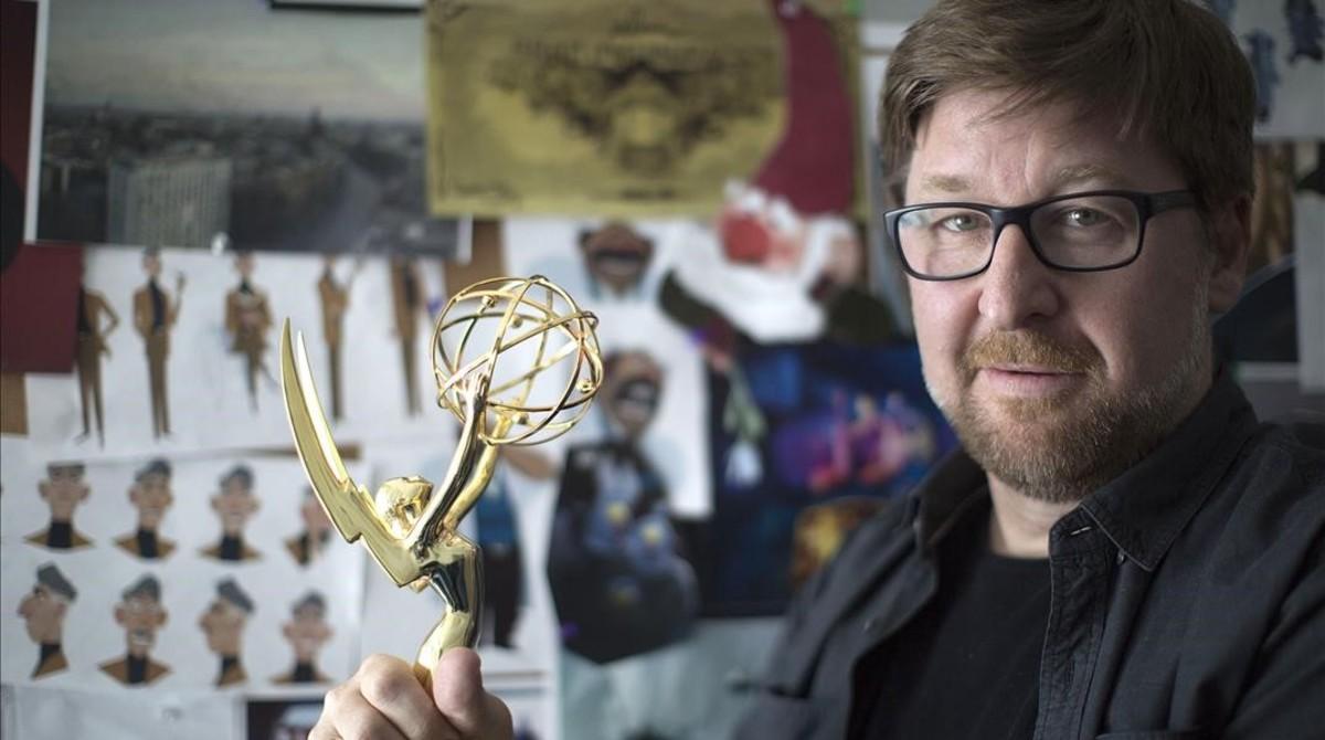 El animador granadino Rodrigo Blaas, con el Premio Emmy que le han concedido como mejor director, por la serie de Netflix Trollhunters.