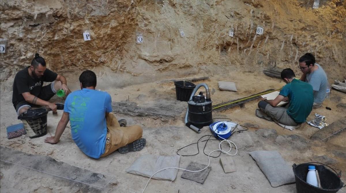 Excavaciones durante la campaña de este añoen el yacimiento del Abric Romaní, en Capellades (Anoia).