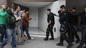 La policía nacional trata de evitar la votación del referéndum unilateral en Sant Andreu de la Barca.
