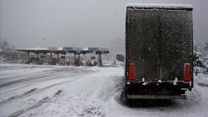 La neu baixa a 700 metres i afecta una quinzena de carreteres catalanes