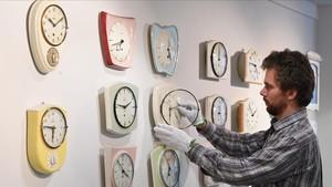 Un técnicoajusta los relojes en el Museo del Reloj de Furtwangen (Alemania).