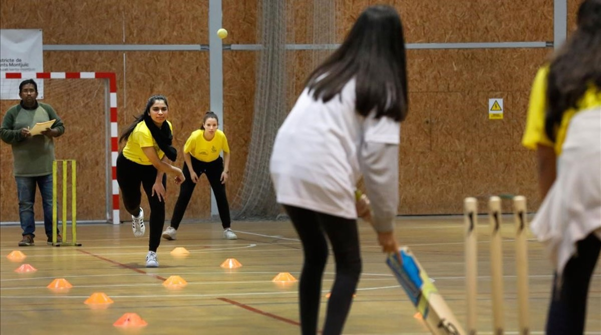 Primer partido de la liga femenina de críquet de Barcelona.