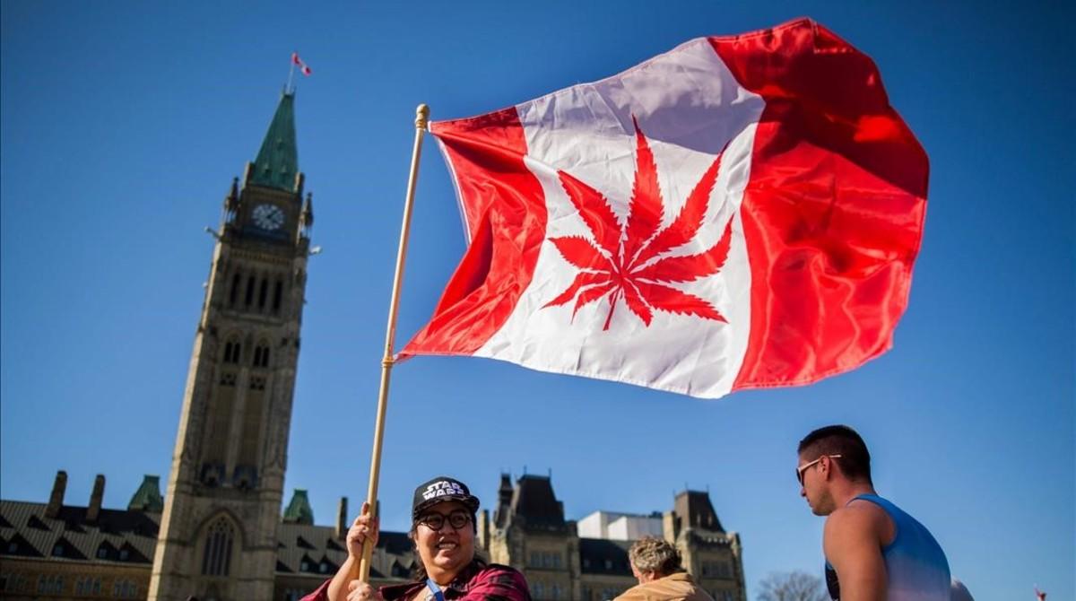 Una bandera canadiense con una hoja de marihuana en lugar de una hoja de arce.