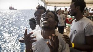 Rescatados por el Open Arms, felices al aproximarse al puerto de Barcelona.