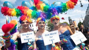 Tres participantes en el Día del Orgullo en Berlín, este sábado.