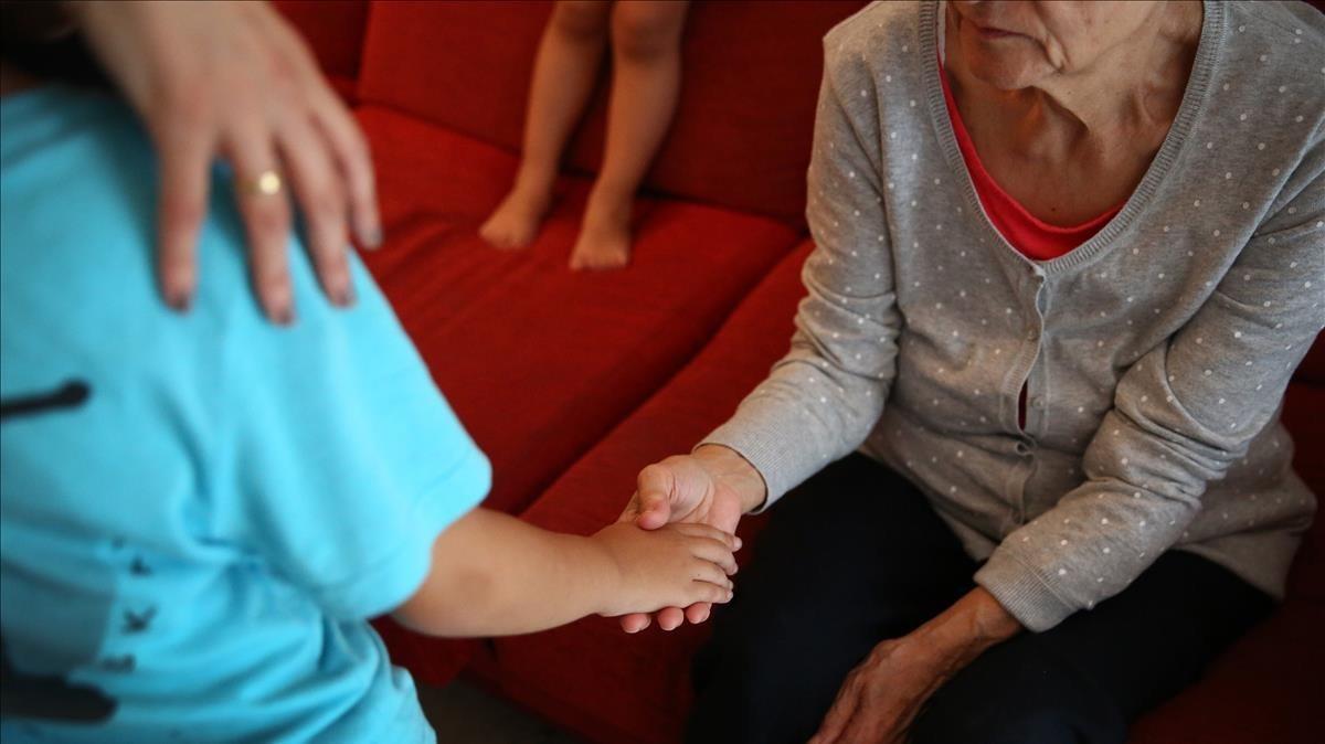 Hugo, de 8 años, y su abuela Bernardina, de 71 y enferma de alzhéimer.
