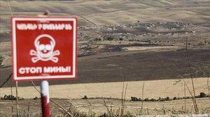 Una señal avisa de la existencia de minas en un área próxima aFizuli, una ciudadazerídestruida por los armenios durante la guerra.