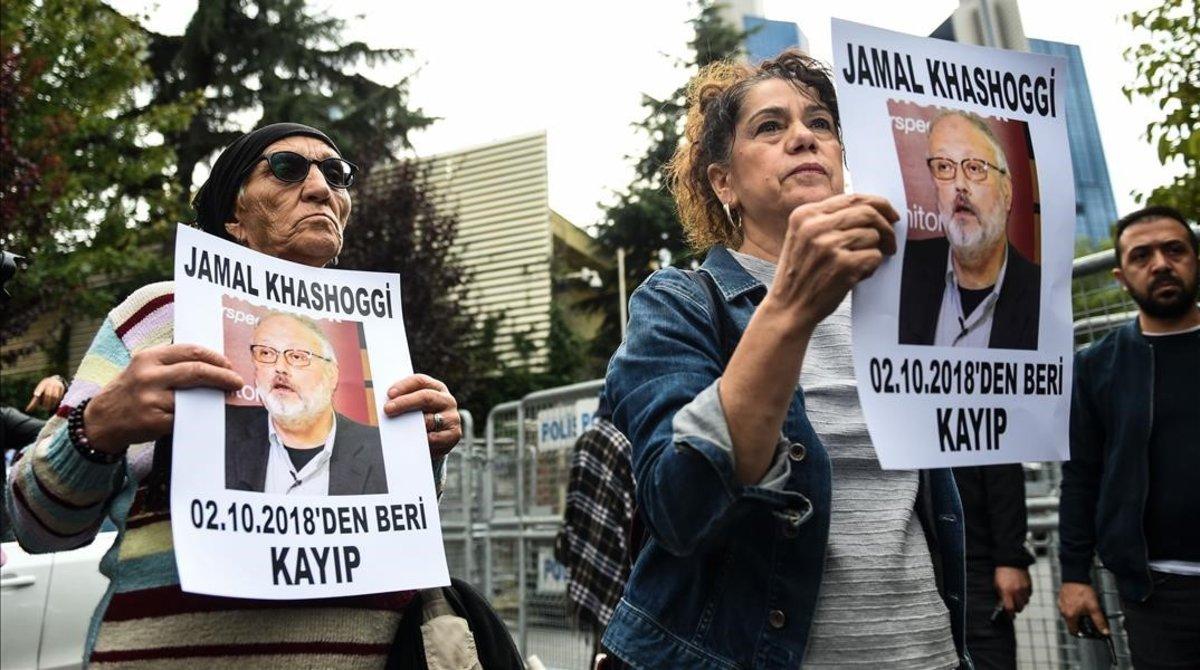 Activistas proderechos humanos portan retratos de Jashoggi en una manifestación convocada frente al consulado de Arabia Saudí en Estambul, el 9 de octubre del 2018.