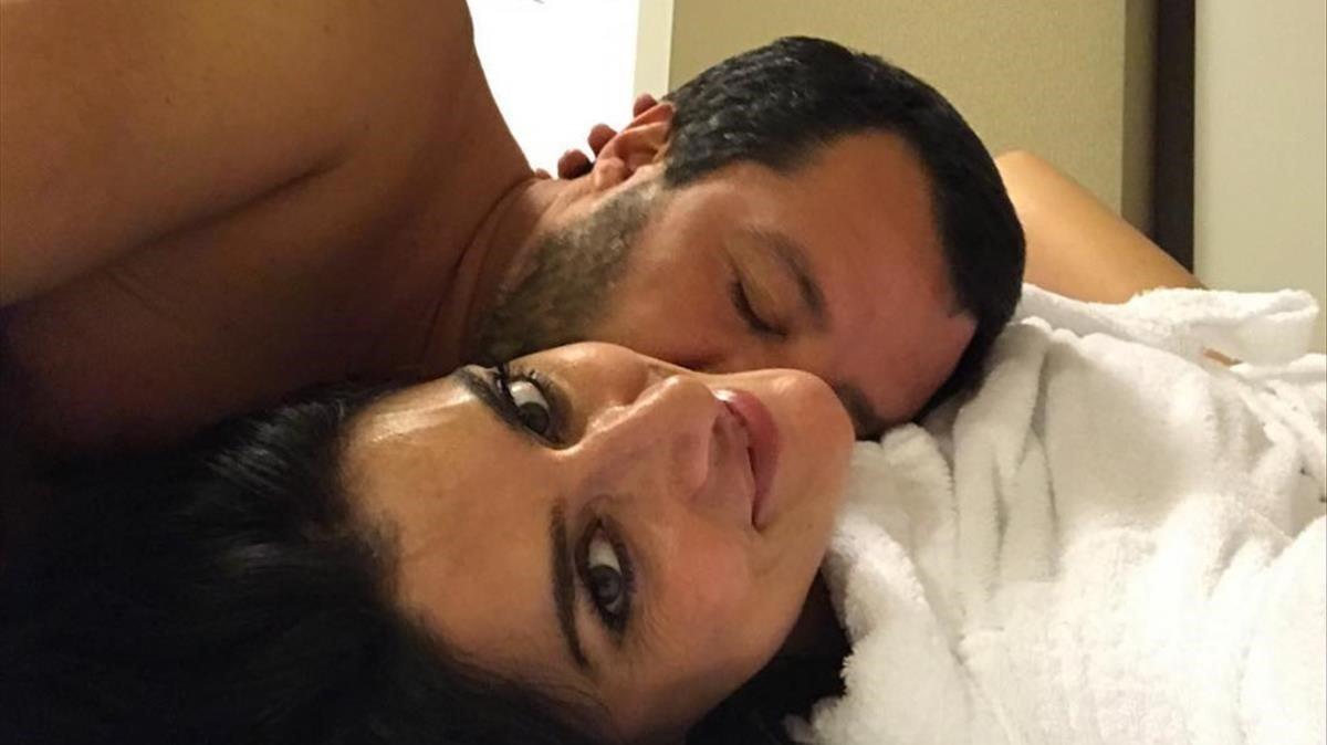 Matteo Salvini y Elisa Isoardi en un selfie en la cama