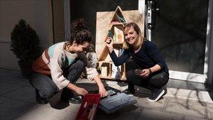 Unas usuarias vecinas de Gràcia que se prestaron unas herramientas.