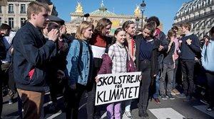 La activista sueca Greta Thunberg sostiene una pancarta junto avarios estudiantes franceses que participan en una marcha contra el cambio climático en París, el 22 de febrero.