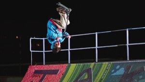 Marc Morera hace un 'flair': voltereta hacia atrás con giro de 180 grados.