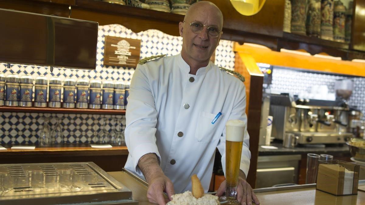Gabriel Font, en la barra de El Vaso de Oro, con una ensaladilla y una cerveza.