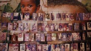 Imágenes de niños asesinados durante las masacres de 1994 expuestas en el Centro Conmemorativo del Genocidio en Kigali (Ruanda).