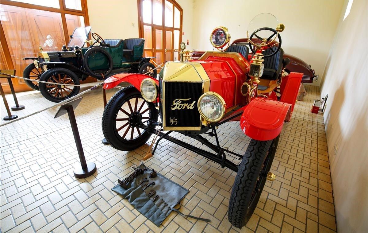 Fotografía de un vehículo Ford T Speedster, producido en 1915, exhibido en la colección de vehículos y carruajes del Museo Helikon Castle, este lunes en Keszthely (Hungría). Conocido como el primer vehículo comercial, el Ford T se produjo durante dos décadas y se vendieron cerca de 16.5 millones de unidades.